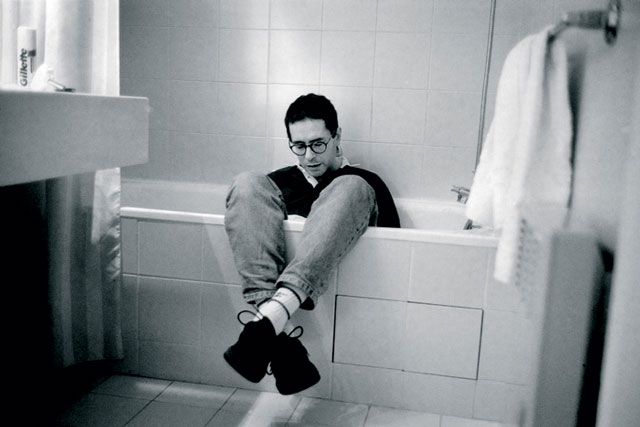 César Aira in a bathtub